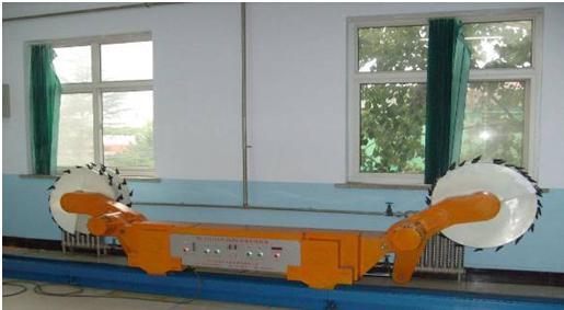 YLMAT-03采煤机司机实操模拟装置 一、采煤机司机实操模拟装置 概述 真实显示了采煤机构成和运作过程,同时直接反映该设备操作程序及安全防范措施。 二、采煤机司机实操模拟装置 构成 1.仿真采煤机 2.可弯曲刮板输送机 三、采煤机司机实操模拟装置 功能 1.采煤机能仿真工作,实现滚筒旋转、摇臂升降、左右牵引。 2.